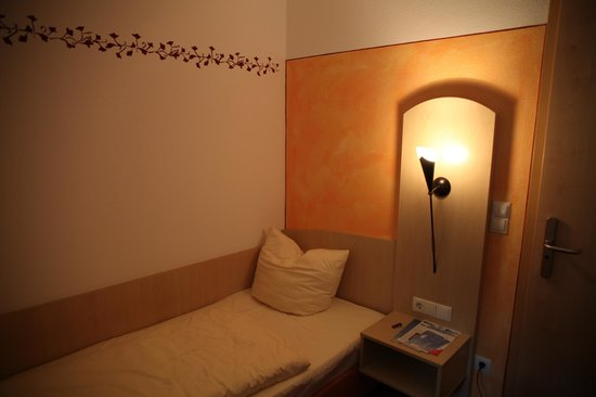 Hotel Alte Post : Single room bed