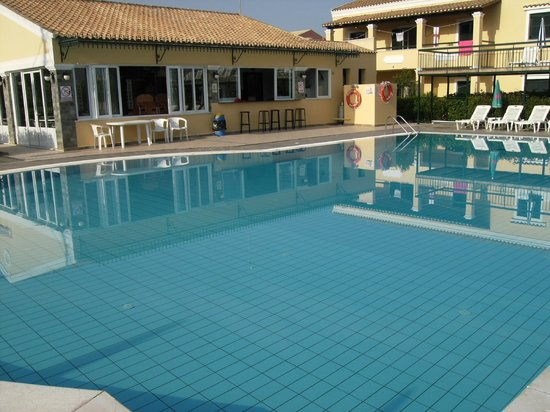 Matoula Apartments: Early morning by the pool.