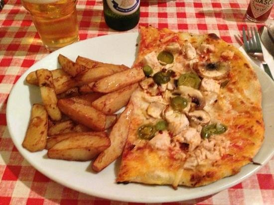 Mamma Mia: Half a Pollo pizza and home made chips! tasted amazing with the Tabasco on :))