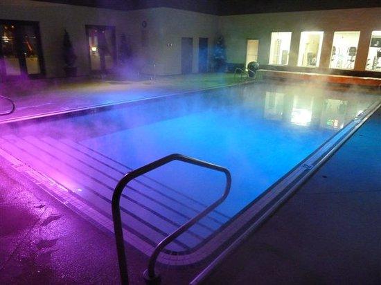 Carriage House Inn: Pool Night