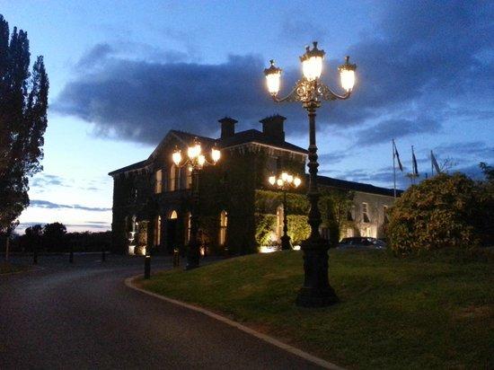 Lyrath Estate Hotel & Spa: View of the hotel upon returning from our after-dinner walk