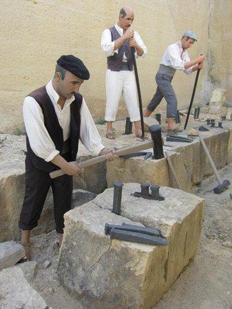 The Limestone Heritage Park & Gardens: Manichini illustrativi