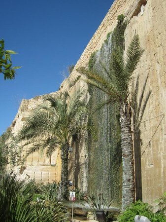 The Limestone Heritage Park & Gardens: Cascate nella cava
