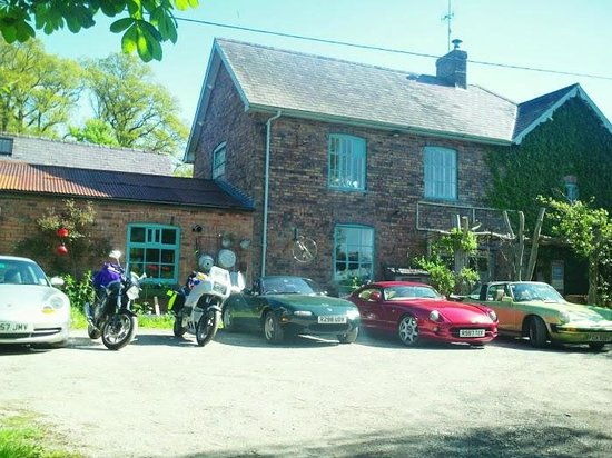 Thomas Shop Bed and Breakfast: Cafe and Car park