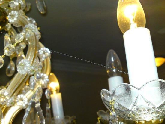 Kronleuchter Mit Glühbirnen ~ Staubiger kronleuchter mit defekten glühbirnen und spinnweben