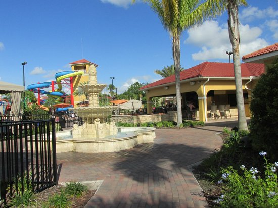 Fantasy World Club Villas: Headed toward pool area. Nice fountain. Poor bar to right.