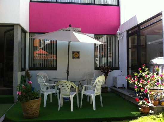 Bed & Breakfast Puebla La Paz : Enjoy a special relaxing moment in the front yard--new patio table and umbrella!