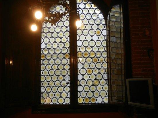 B&B L'Antica Bifore : Centuries old glass windows