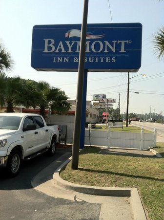Baymont Inn & Suites Savannah/Garden City: Hotel sign
