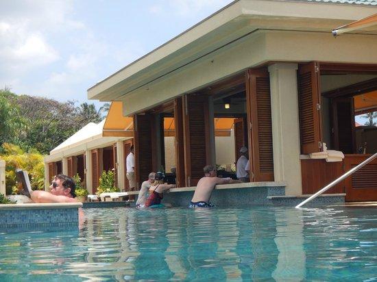 Four Seasons: Infinity swim-up bar