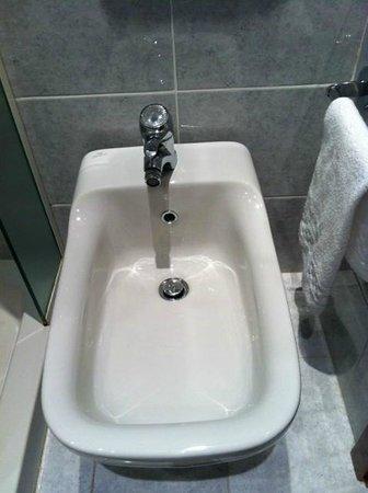 Relais Santa Chiara Hotel: Bidet - Nice But Cramped!