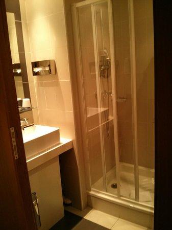 Villathena : sink and shower