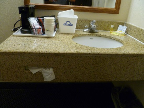 Days Inn Lake City I-75 : Vanity area complete with tea and coffee machine