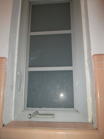 Sherbrooke Hotel: Janela do banheiro cheia de mofo