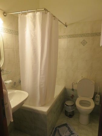 Pelican Hotel: bathroom in room 17