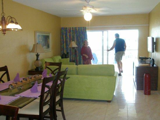 Plantation Village Beach Resort: living room