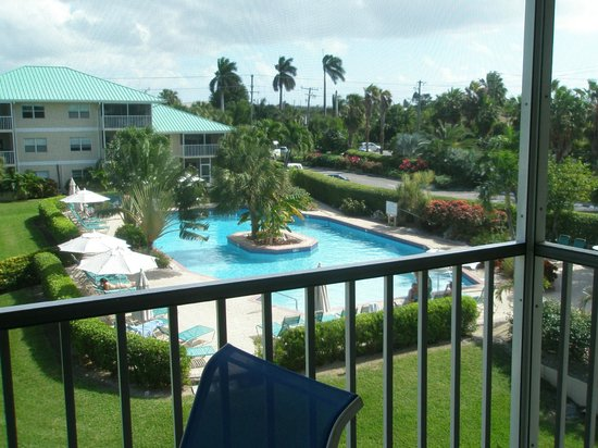 Plantation Village Beach Resort: pool in the middle of grounds