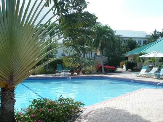 Plantation Village Beach Resort: pool in middle of grounds
