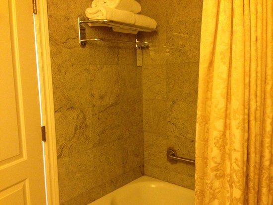 Embassy Suites by Hilton Portland - Downtown: Bathroom of King Corner Suite 1