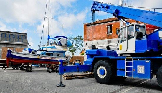 Venice Certosa Hotel: Chantier naval à côte de l'hotel / shipyard Coast Hotel
