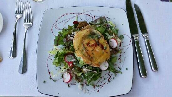 Brasserie Barengraben : Goat's cheese on a bed of salad... delicious!