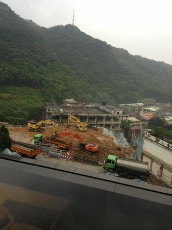 Grand View Resort Beitou: hotel overlooks construction