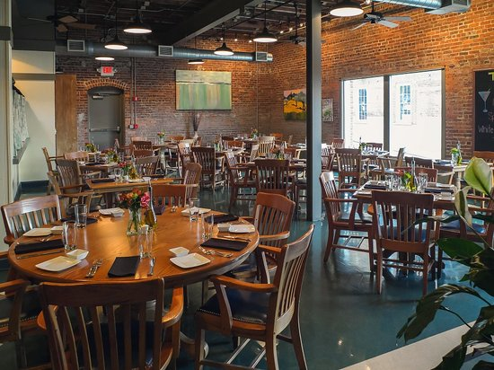 Trio Restaurant & Bar: One angled view of the interior right after they opened - no people arrived yet