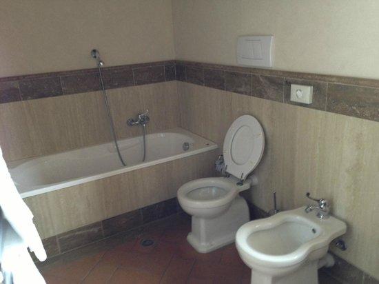 Locanda Poggioleone : very spacious bath