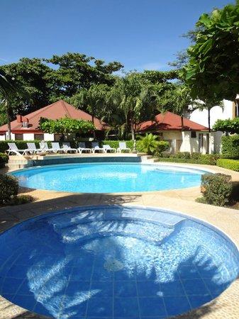 Villa Acacia: Vista de la piscina y la naturaleza alrededor
