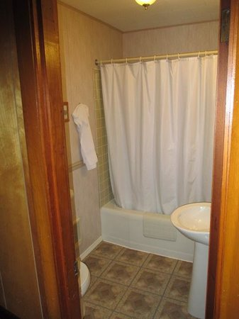 Marshall's Creek Rest Motel: Clean updated bathroom.
