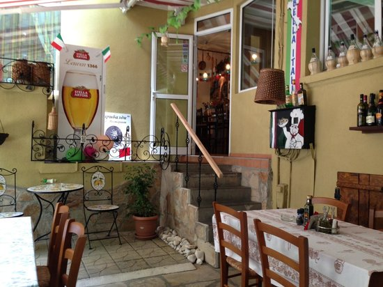 Garibaldi Bar-Ristorante: The small outdoor area