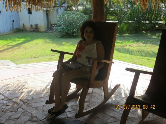 Hotel Casa de Campo Pedasi: Relaxing on the front porch