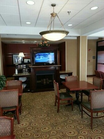Hampton Inn Americus: small dining area but very clean
