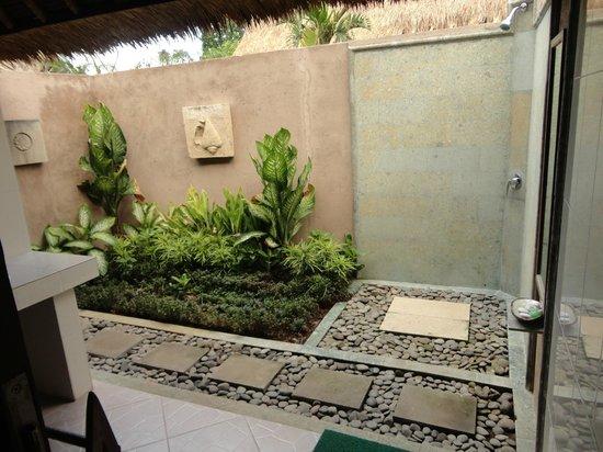 Bay Shore Huts: Outdoor bathroom