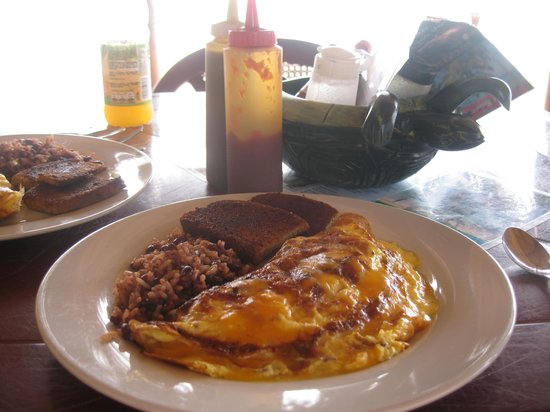The Turned Turtle Restaurant at Little Corn Beach and Bungalow: delicious breakfast omelette
