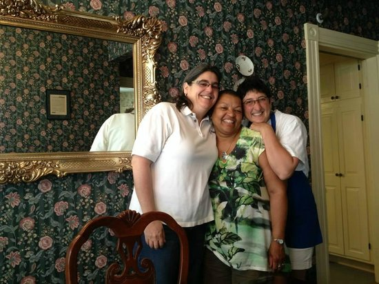Wyatt House Country Inn: Innkeepers Trish and Elaine with me in the middle.