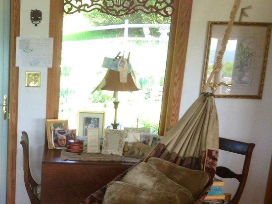 Cayuga Lake Front Inn: Front entrance and hammock