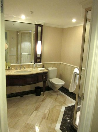 Shangri-La Hotel Sydney: Bathroom fittings need a fix