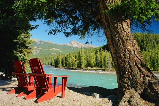 Alpine Village Cabin Resort - Jasper: Athabasca River in front of Alpine Village