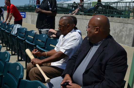 Sauget, IL: Ozzie Smith graciously signing autographs