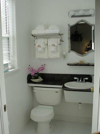 The Cozy Inn: bathroom