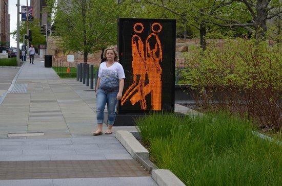 City Garden: People walking in the Citygarden