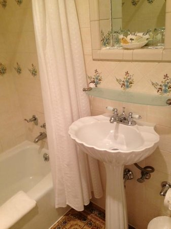 Montecito Inn: Bathroom
