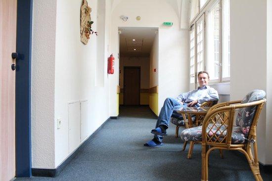 City Hotel Ring : зона отдыха в коридоре рядом с номером