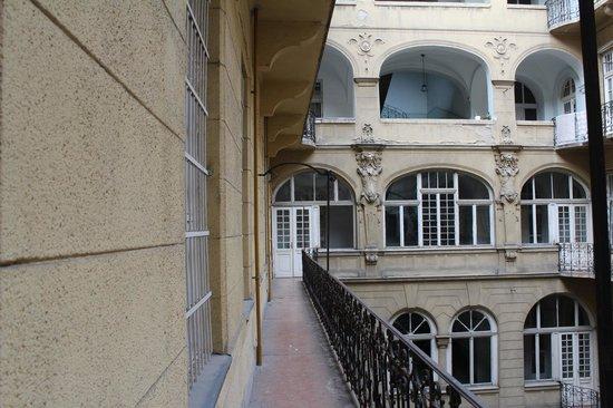 City Hotel Ring: место для курения,вид на внутренний дворик