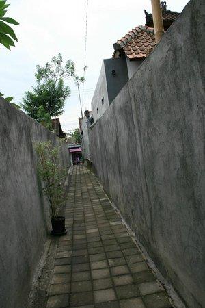 Aya's Rooms Hotel: Narrow alley from main road to Aya's Rooms
