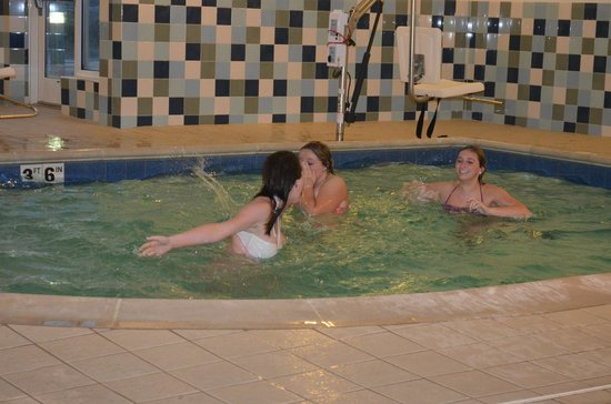 Hilton Garden Inn St Louis Airport: girls splashing in the water before they were asked to leave