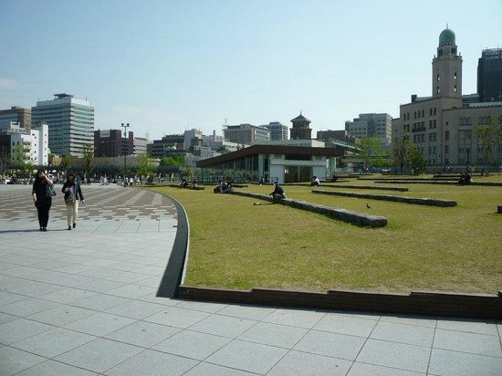 Elephant Nose Park: 建物、芝生の様子。のんびりとくつろげる場所。