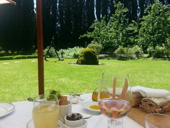 Hostellerie de l'Abbaye de la Celle : Table romantique face au jardin