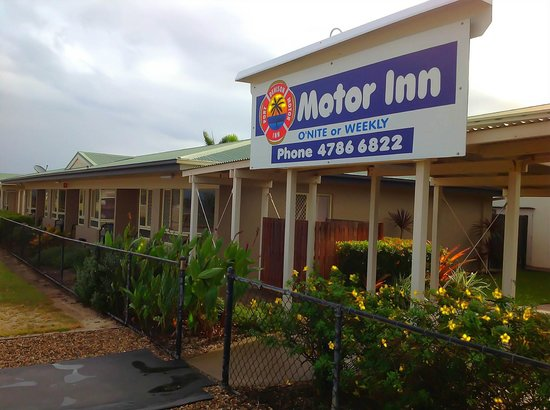 Port Denison Motor Inn : Back of the hotel across the road from the beach and jetty
